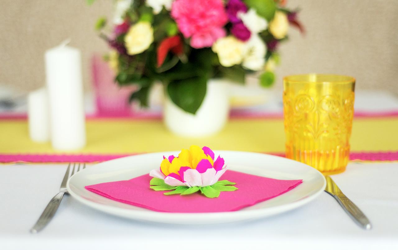 Świecę i papierowe elementy dekoracji są następnymi składnikami każdej Fiesty.