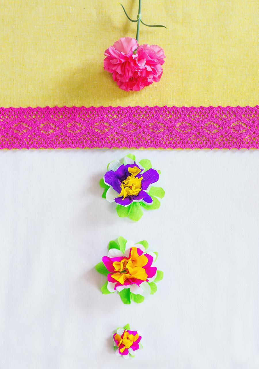 Zamiast tradycyjnego papel picado zrobiłam papierowe kwiatki aby ozdobić talerzyki.