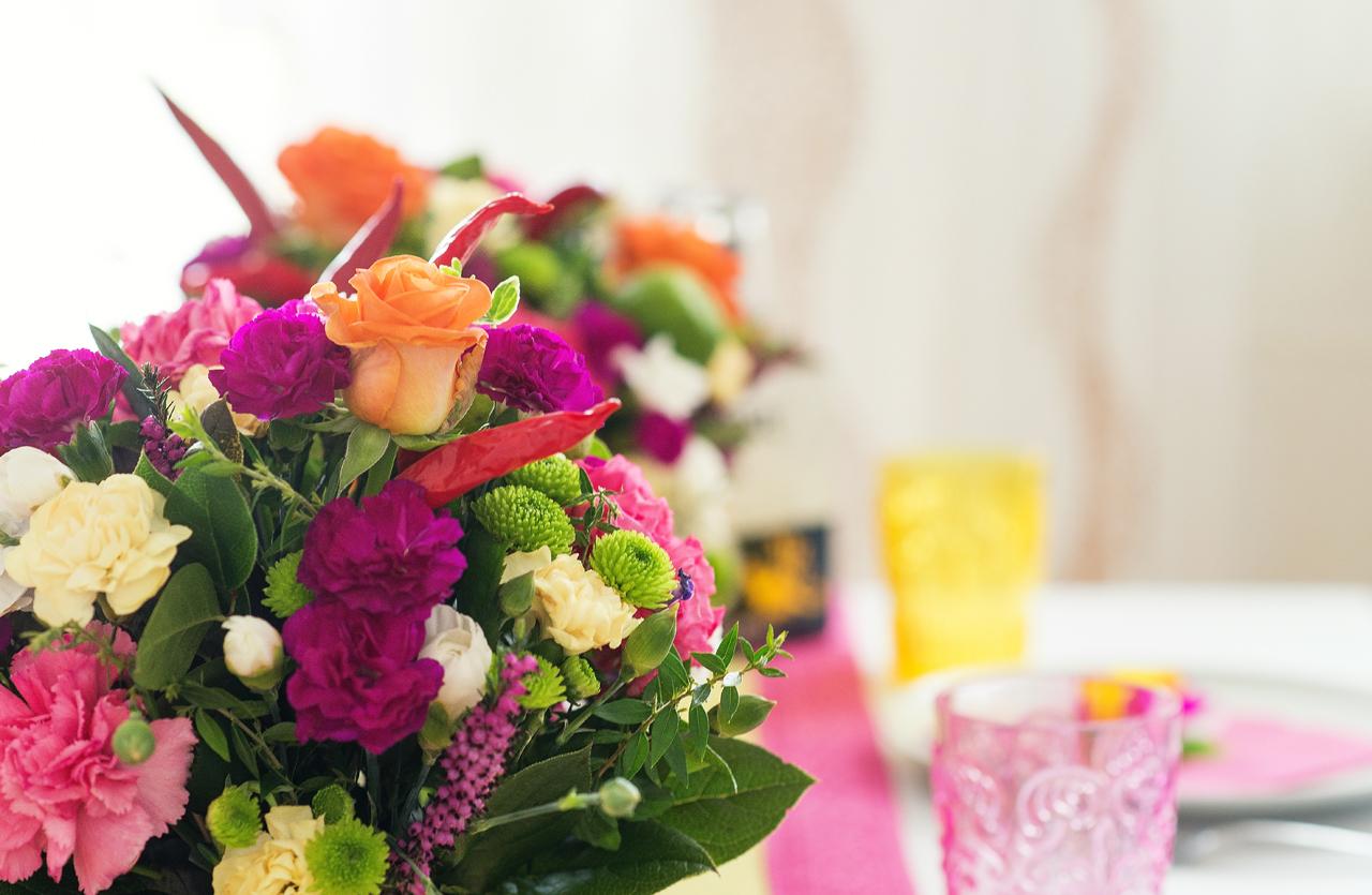 Kwiaciarnia Floart stworzyła piękne kompozycje kwiatowe. Fiolet, róż, pomarańczowy, czerwony i zielony - połączyć taka mieszankę kolorów i uniknąć  kiczu - tylko styl Fiesta może sprostać takiemu wyzwaniu.