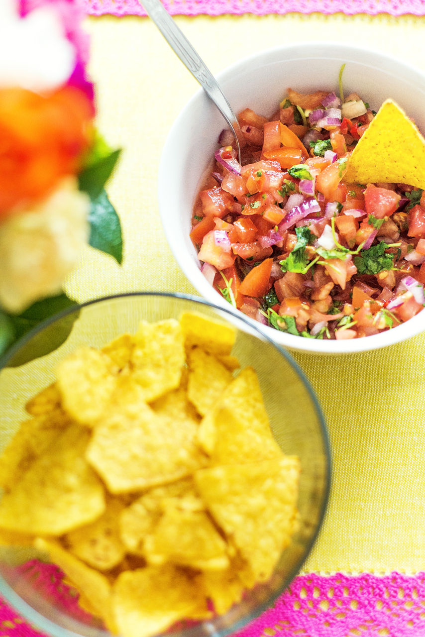 Zawsze kiedy urządzam imprezy w stylu fiesty staram się nigdy nie powtarzać głównych dań. Kuchnia meksykańska jest tak bogata i pyszna, że szkoda by było ciągle jeść enchiladę czy carnitas. Jedyne co zawsze znajdziecie na moim stole to salsa, guacamole i nachos.