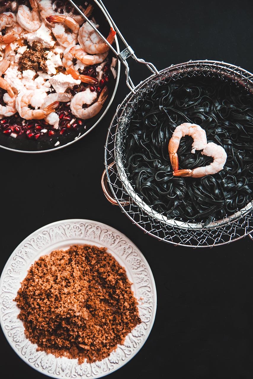 Czarne linguine z krewetkami, ziarnami granatu i sosem z fety 02