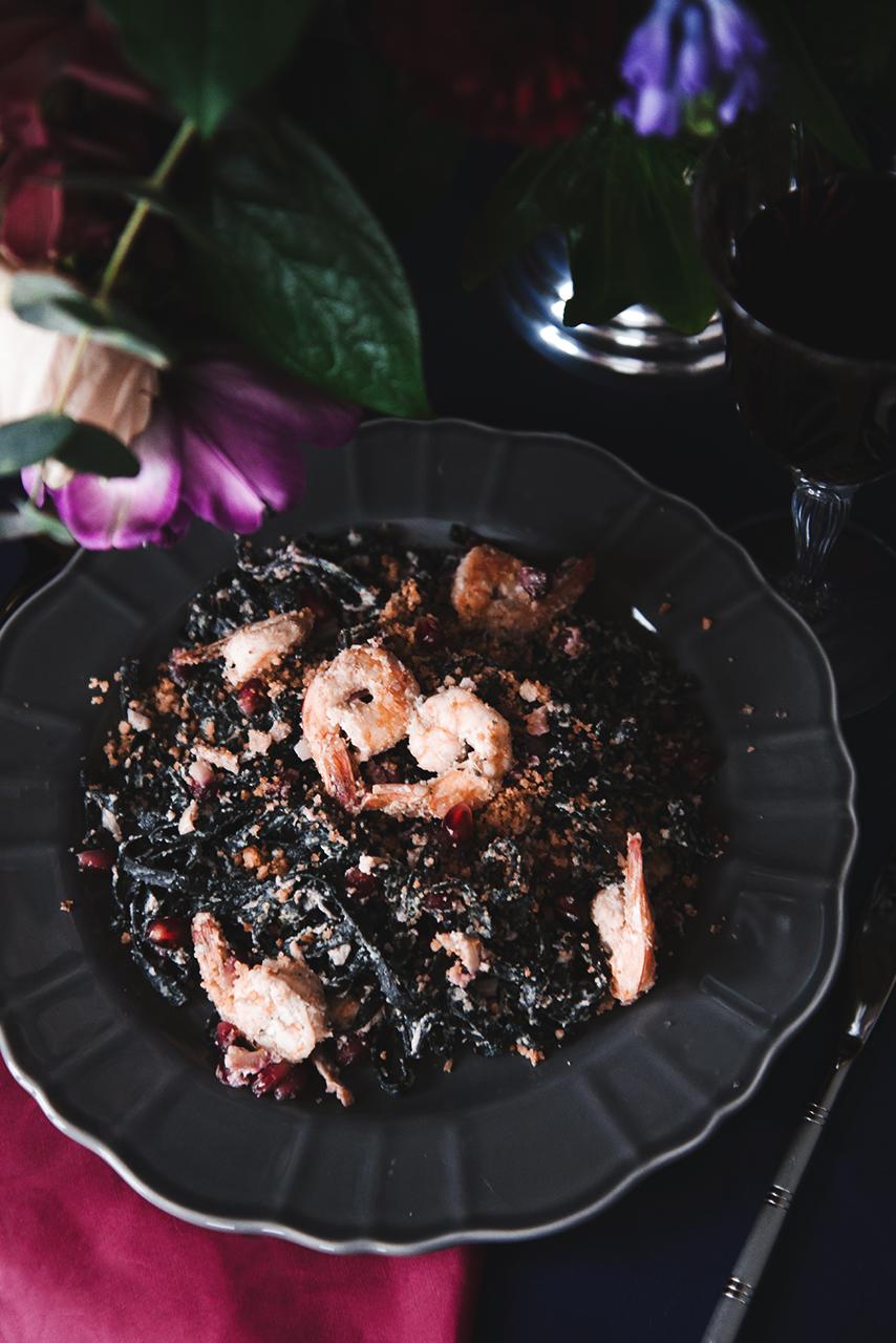 Czarne linguine z krewetkami, ziarnami granatu i sosem z fety 05