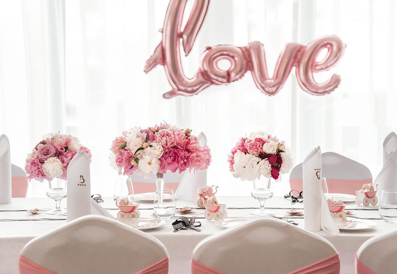 Z racji, że Baby Shower był urządzony dla przyszłej mamy, która spodziewa się dziewczynki postawiłyśmy na słodki, pudrowo - różowy klimat. To róż i francuski szyk wyznaczały styl przyjęcia.