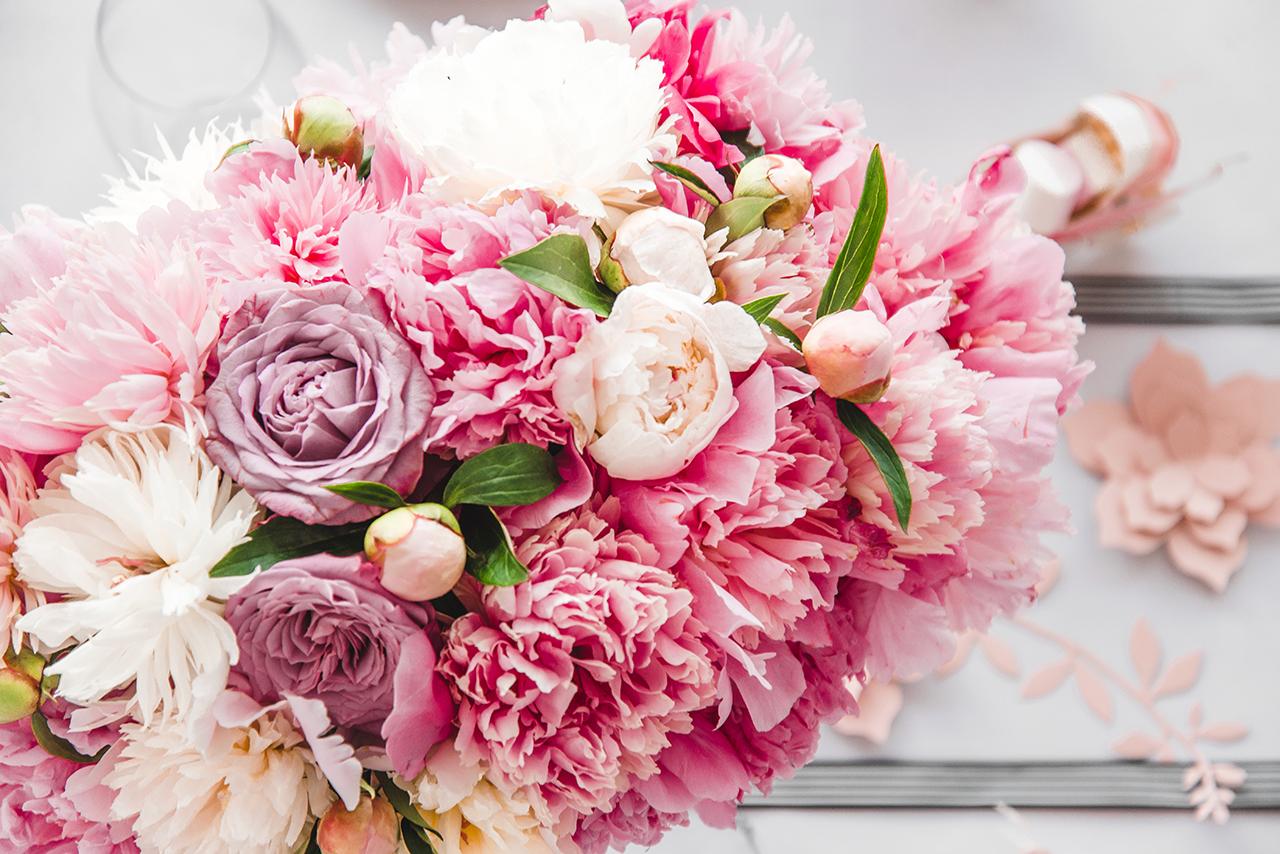Prawdziwą ozdobą stołu były bukiety wykonane z piwonii i róż. Biało-różowe kwiaty, nie tylko pięknie wyglądały na stole, ale także uwodziły zapachem lata.