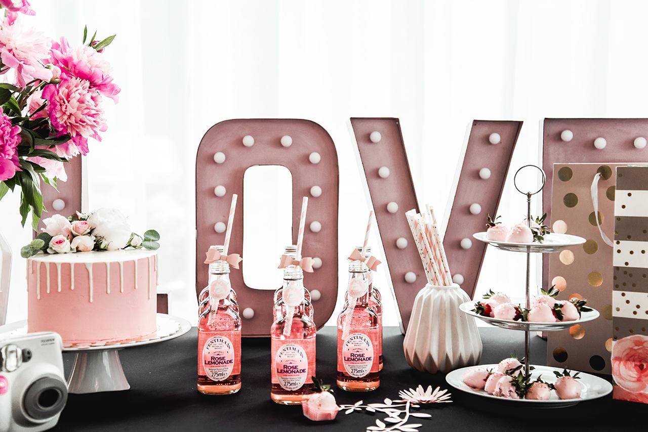 Dobrze by na przyjęciu panowała jednolita, spójna kolorystyka. Wtedy możemy poszaleć z różnymi dodatkami i nadal całość będzie wyglądać stylowo i ze smakiem. Tort i truskawki w lukrze pięknie komponowały się na stole z różową lemoniadą.