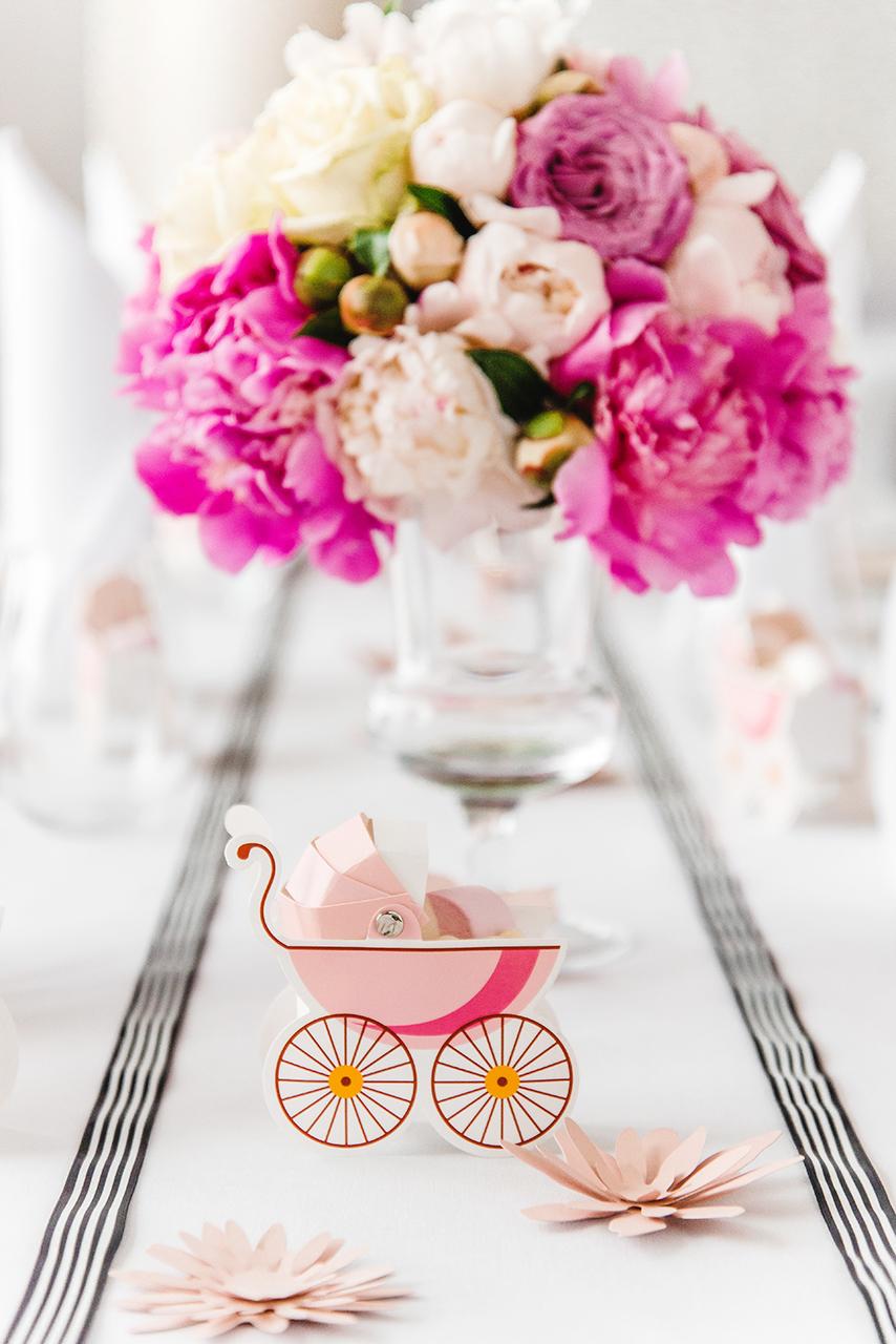 Pamiętaj o akcentach! To one podkreślają charakter imprezy i sprawiają, że nasza impreza się wyróżnia względem innych. U nas takim akcentem były różowe wózeczki wypełnione po brzegi słodyczami.