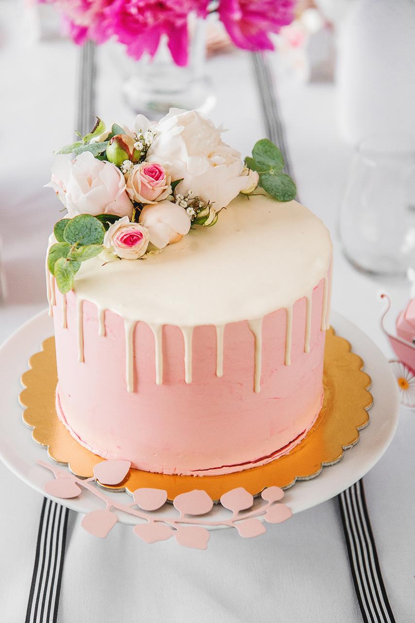 Tort może być nie tylko smaczny i cieszyć podniebienie, ale także wspaniale wyglądać. Możecie wymyślić ciekawe ozdoby, my postawiłyśmy na żywe kwiaty.