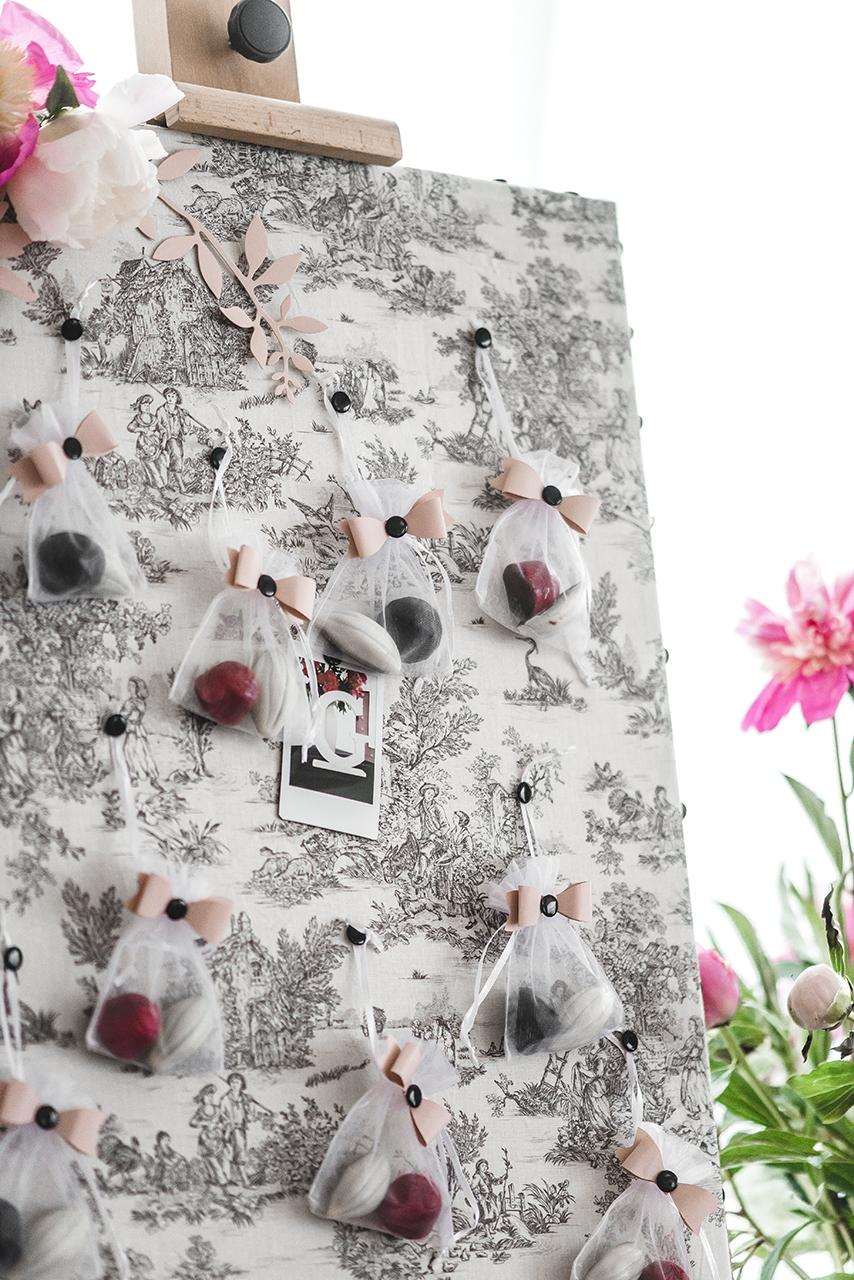 Fajnym pomysłem i niezłą zabawą była tablica pamiątkowa obita piękną tkaniną. Na niej powiesiłyśmy prezenciki dla gości – torebeczki z pralinami i wykonane polaroidem fotografie.