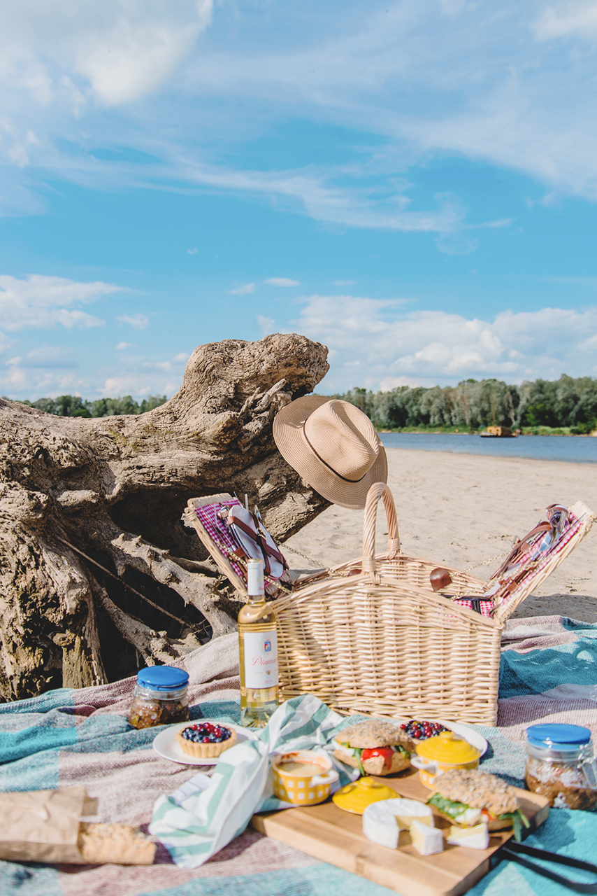 Piknik na plaży oraz przepis na Ratatouille z kiełbaskami chorizo