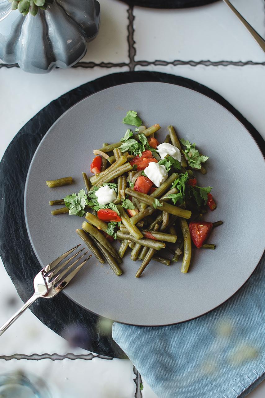 Duszona zielona fasolka szparagowa z pomidorami i kolendrą