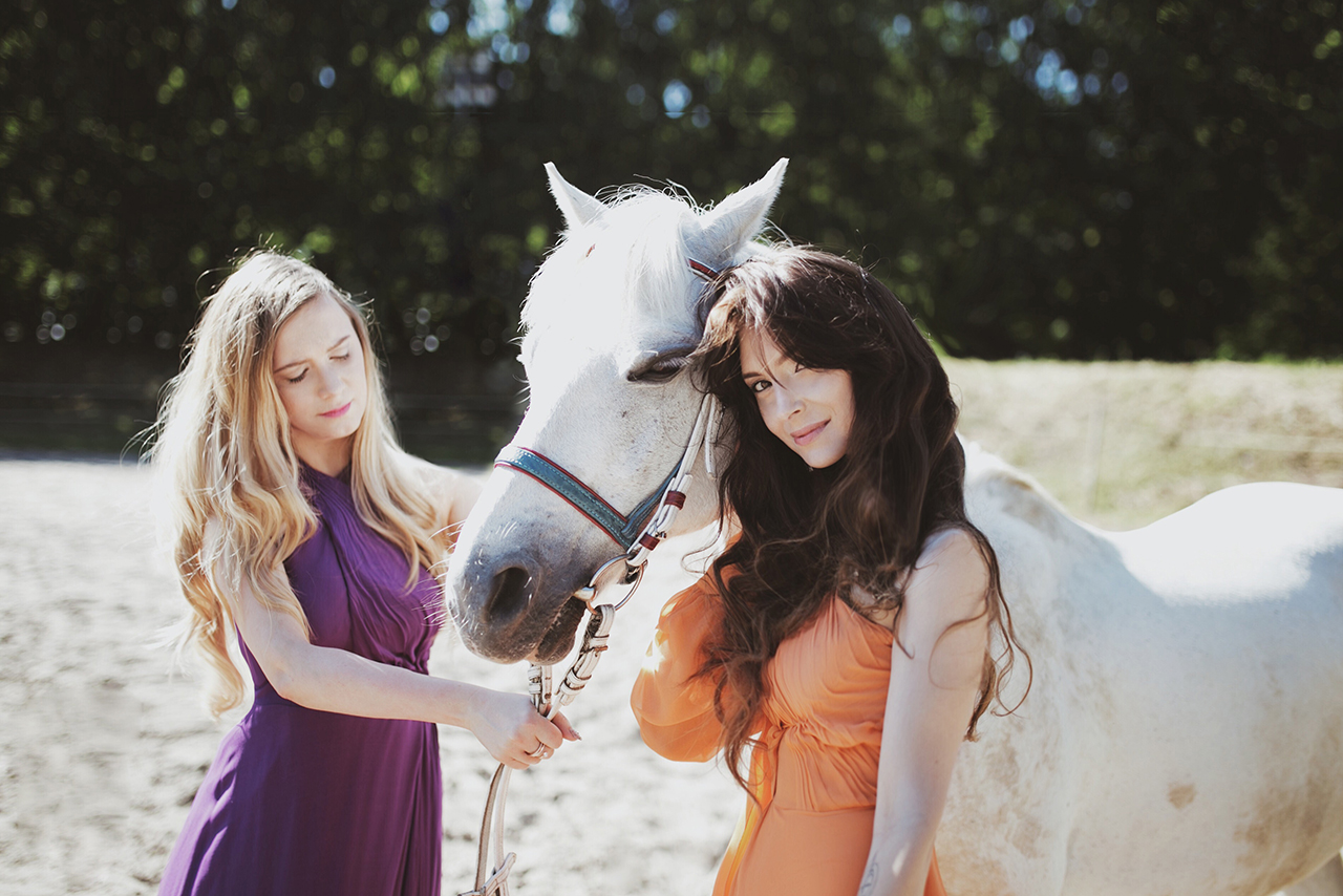 Trzymając wodze w ręce – rozważania o kobiecym jeździectwie